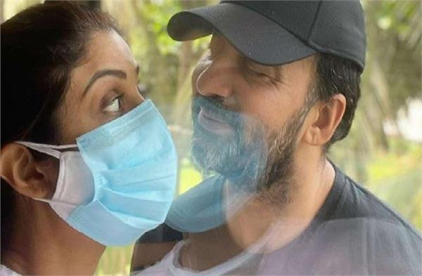shilpa shetty doing romance with corona positive husband