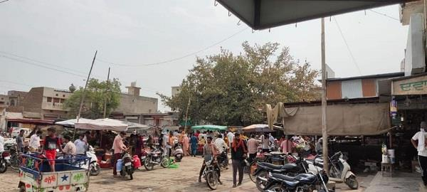 crowds in the market during lockout