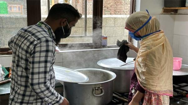 this couple is giving free tiffin to corona patients in kashmir