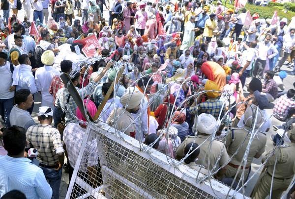 thousands of vocational teachers march towards moti mahal