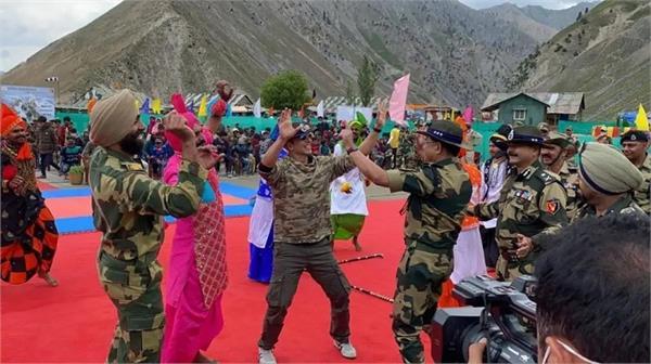 akshay kumar dances with bsf jawans in jammu kashmir