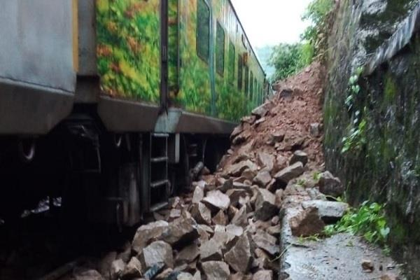 goa bound rajdhani express derails in tunnel near ratnagiri