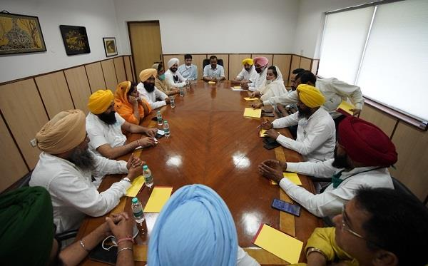 kejriwal explained the points in a marathon meeting with aap punjab mlas