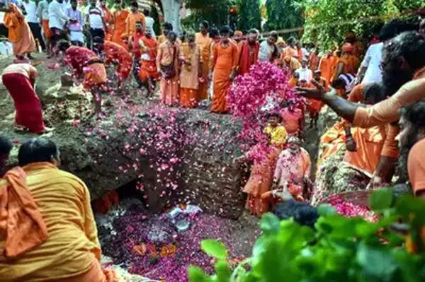 samadhi given to mahant narendra giri
