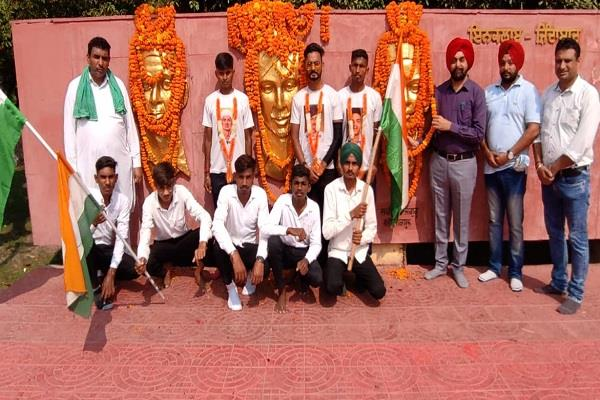 3 youths from bihar cycled 2400 km to reach the shrine of dhussainiwala